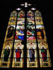 聖堂内部のステンドグラス